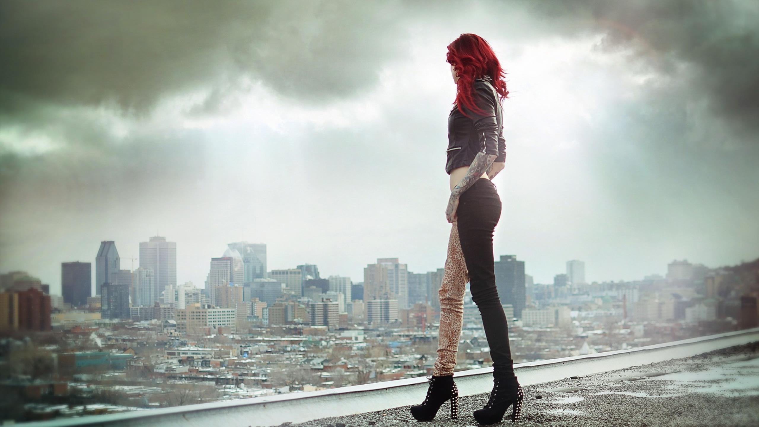 girl_model_fog_roof_83654_2560x1440